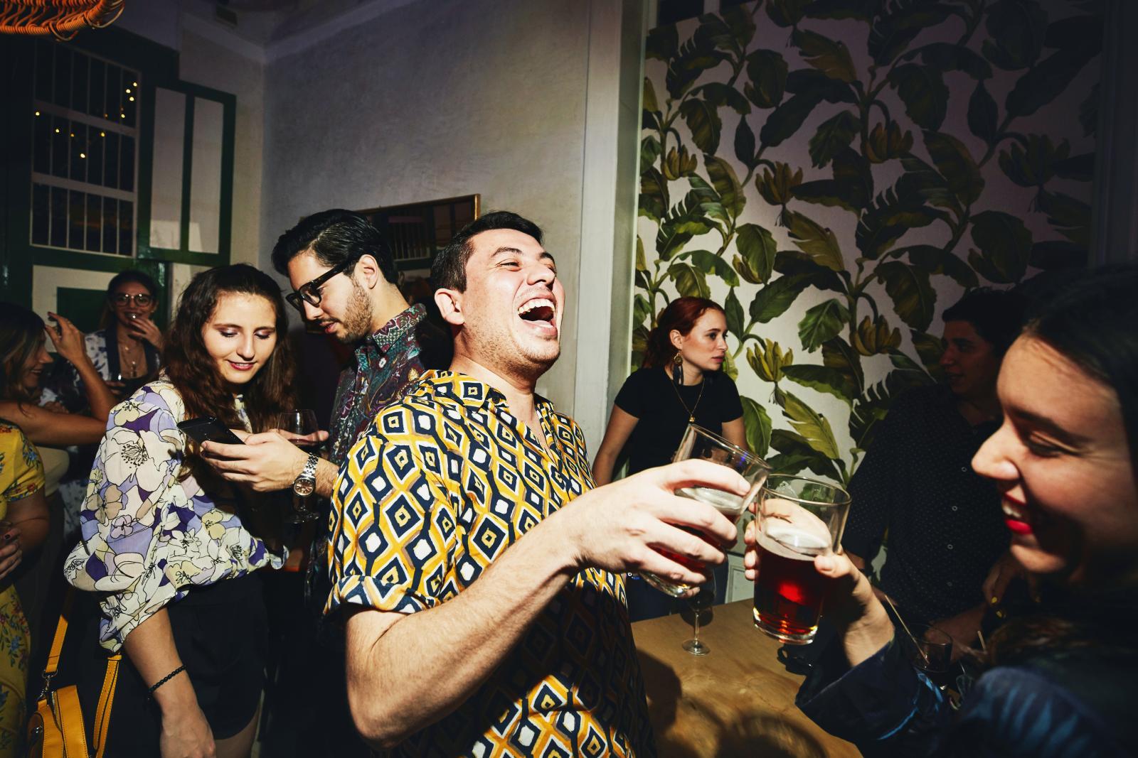 Rire des amis grillage pendant la fête en boîte de nuit