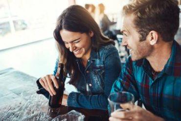 jeune homme et femme flirter