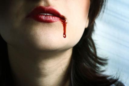 Lèvres rouges sanglantes