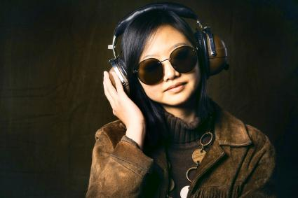 Femme portant des vêtements vintage et des écouteurs