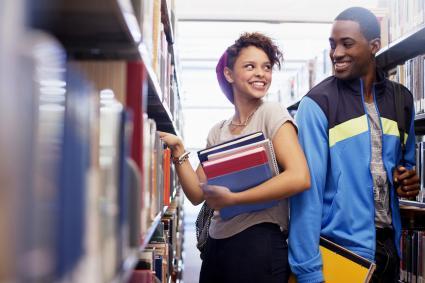 Les étudiants qui parlent dans la bibliothèque