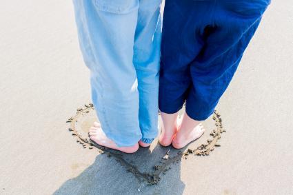 couple, debout, dans, coeur, plage