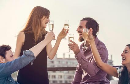 groupe d'amis se détendre avec du vin
