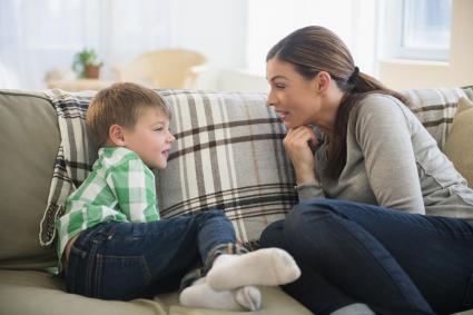 Mère et fils parlant sur canapé