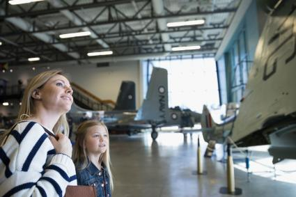 Mère et fille au musée de l'avion