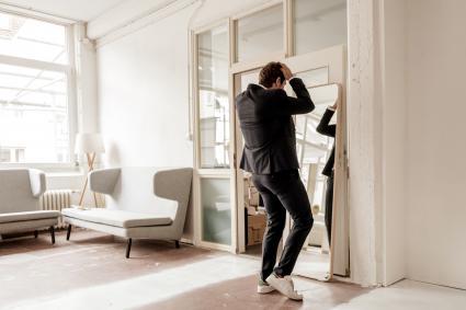Vue postérieure, de, homme affaires, regarder dans miroir