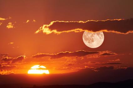 Vue panoramique de la pleine lune au coucher du soleil
