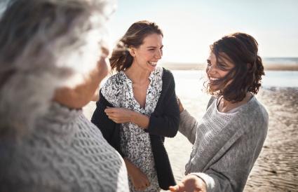 femmes parlant sur la plage