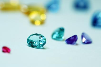 Diamants multicolores sur une table