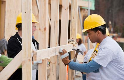 Bénévoles travaillant sur chantier