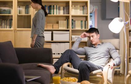 Couple en colère dans le salon