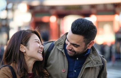 Femme et homme parlant dans la rue