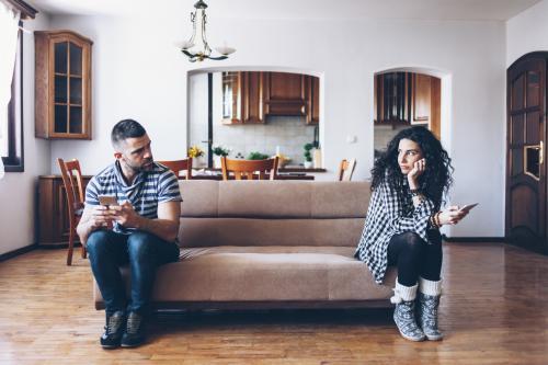 Couple aux extrémités opposées du canapé