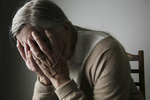Femme triste tenant la tête dans les mains