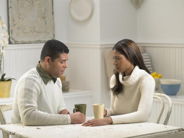 couple ayant une conversation sérieuse