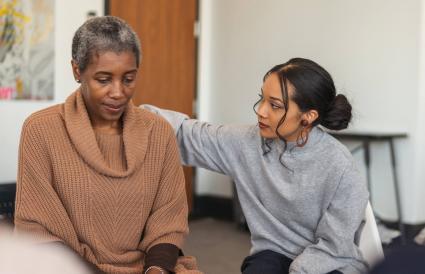 femme montre un soutien en séance de thérapie