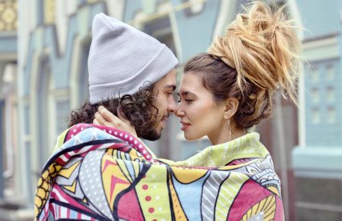 Couple enveloppé dans une couverture