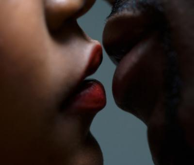 Couple sur le point de s'embrasser