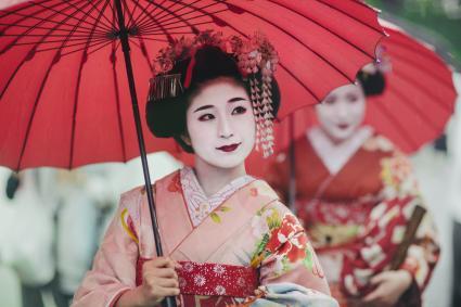 Geisha japonaise avec parapluie
