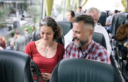 Couple voyageant dans un bus