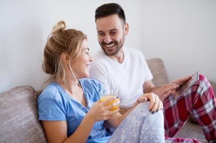 Homme et femme s'amusant ensemble