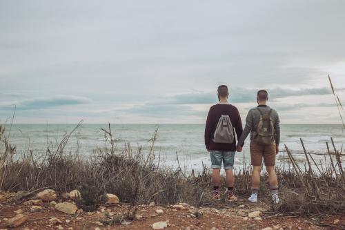 Couple en randonnée à la plage