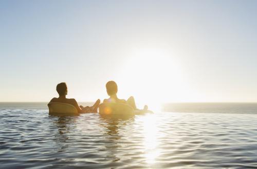 Couple flottant sur le lac main dans la main