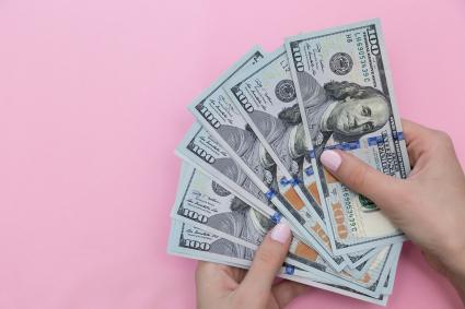 Factures de cent dollars du comté de femme
