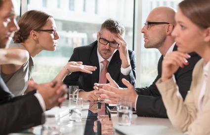 Les gens d'affaires ayant un argument