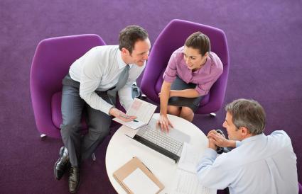 dirigeants d'entreprise assis avec un ordinateur portable