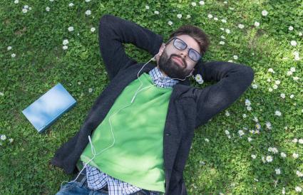 homme de détente sur l'herbe