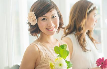 Femme souriante, à, fleur