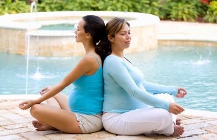 femmes enceintes méditant