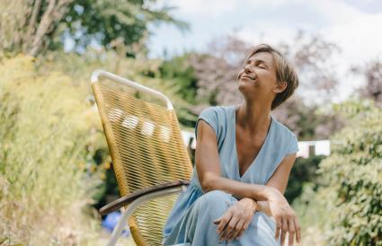 Femme détendue assise dans le jardin