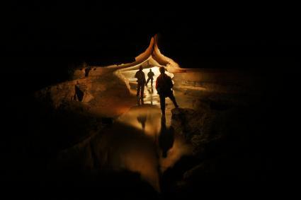 Amis debout dans la grotte sombre