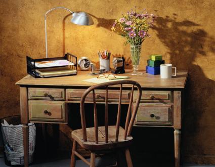 Bureau à domicile aux couleurs de moutarde en sourdine