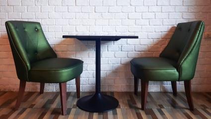 Chaises et table vertes