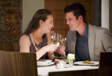 Couple toasting champagne verres à table de restaurant