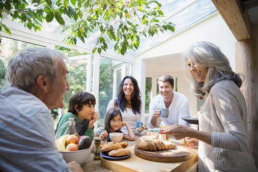 famille parlant dans la cuisine