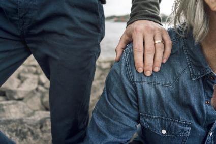 Fils marié mettant la main sur l'épaule du père