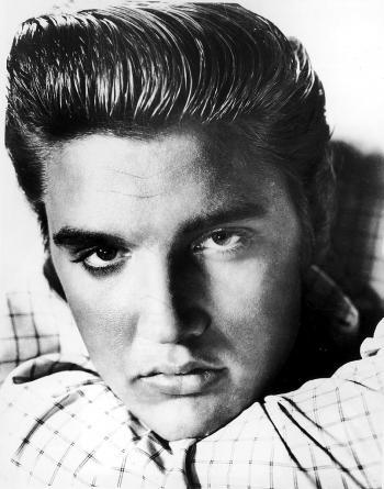 Elvis Presley pose pour un portrait vers 1955