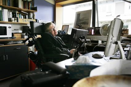 Le professeur Stephen Hawking, pose pour des photographies dans son bureau du Centre for Mathematical Sciences à Cambridge