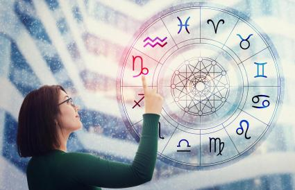 Femme choisissant un signe du zodiaque