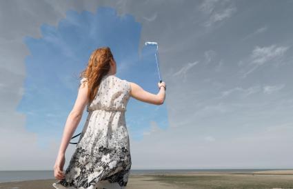 femme peinture gris ciel bleu