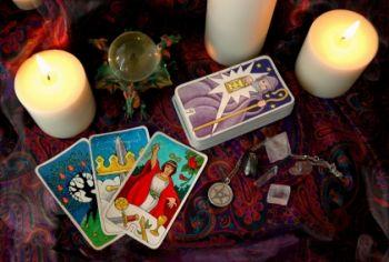 Three card spread during tarot card reading
