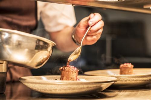 Chef saucissant un filet