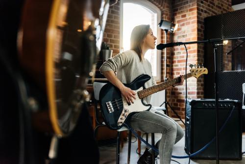 Auteur-compositeur-interprète sur scène avec guitare