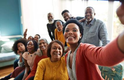 femme prenant selfie en famille
