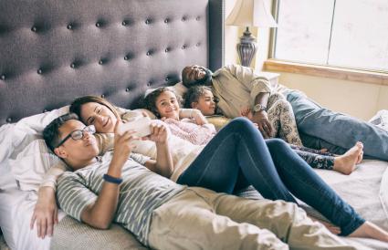 famille se détendre sur le lit ensemble