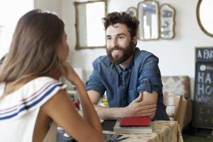 Couple dans un café, se parler